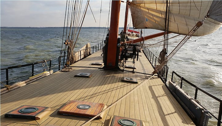 Double cabin on sailing ship 20 min to center No 9