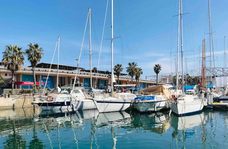 Stay in a Boat - Just 29 min. from Barcelona City