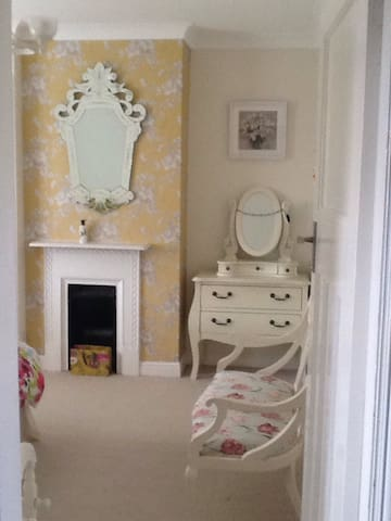 Sunny room in Bishopthorpe home