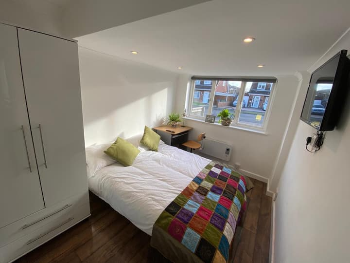 Double En-suite room close to train station