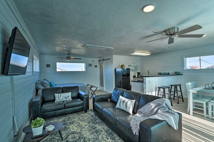 Inviting Studio -Walk 0.5 Miles to Surfside Beach!