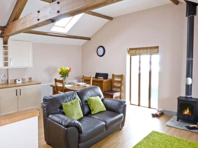 DINNY'S RETREAT, character holiday cottage in Kendal, Ref 20804