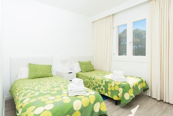 Dormitorio 2, con 2 camas individuales de 90 cm. Suelos de parquet