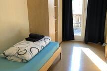 OG: Schlafzimmer 2 (mit 2 Betten)