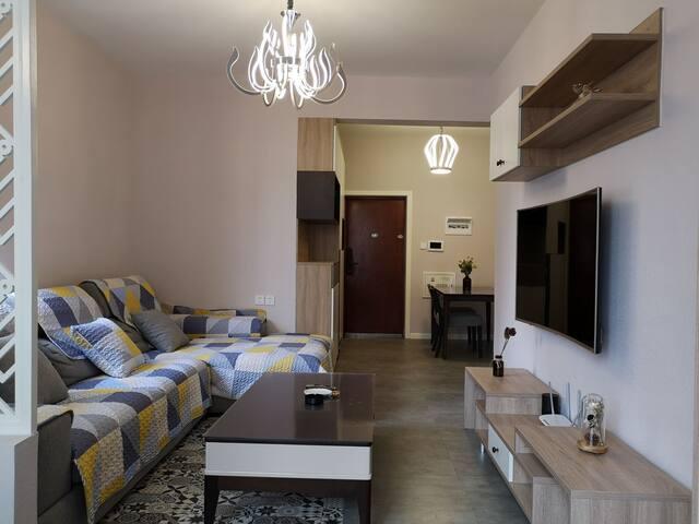 客厅+餐厅  北欧简约风格   全新家装   互联网曲面电视支持手机投屏观看蓝光电影