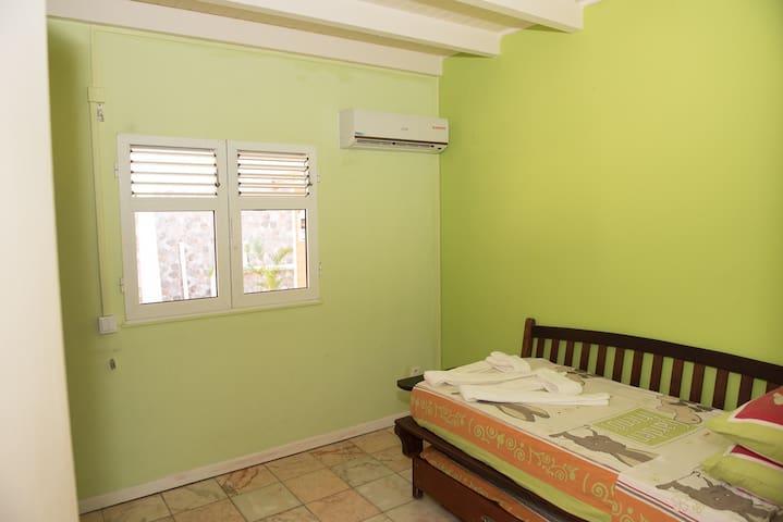 Chambre 4 climatisée simple avec double lit