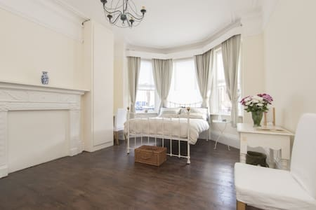 Victorian, luxurious and spacious garden flat - London - House