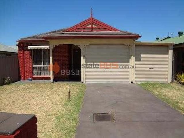 SWEAT HOUSE NEAR MAWSON LAKES - Pooraka - Huis