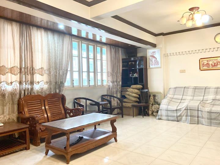 市中心的独立房源,拥有宽敞通透的客厅