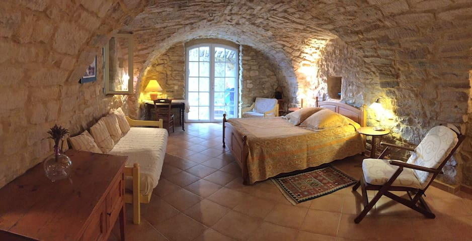 Chambre 30 m2 indépendante et calme - Barjac - Huis