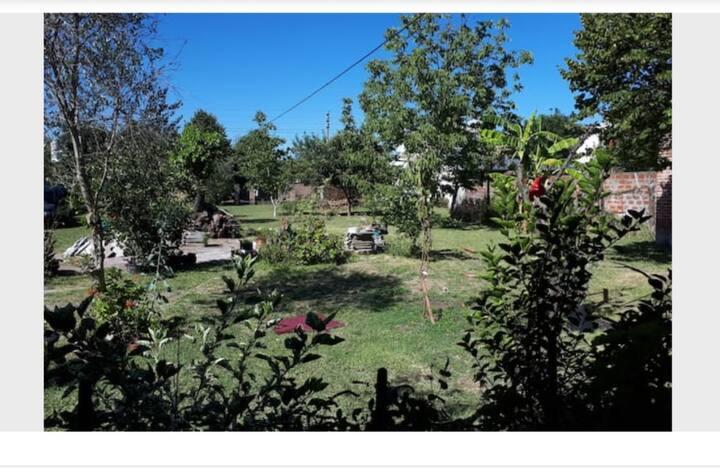 Casa tipo campo centrica y gran jardin