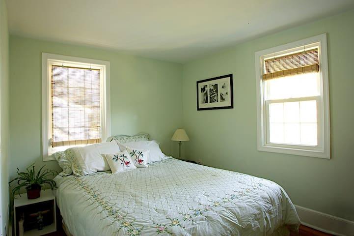 2nd floor bedroom #2, Queen bed
