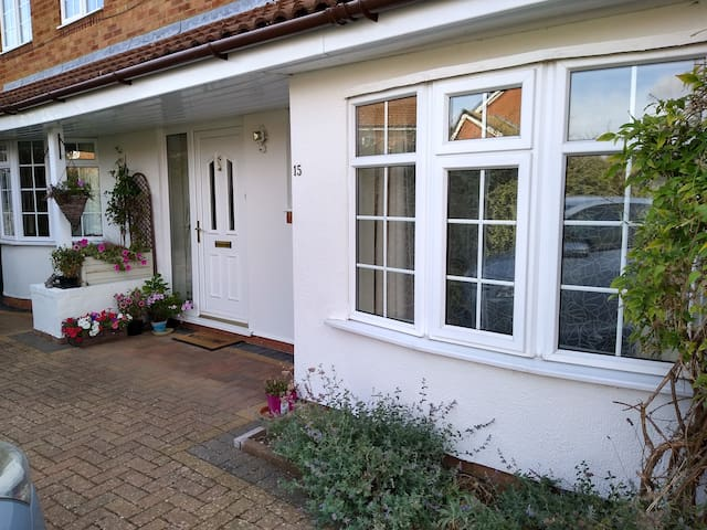 Single room in a quiet house, good access M40/M1
