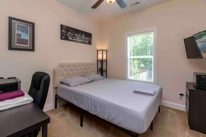 COMFY-CLEAN-SIMPLE-Close to Midwood, NoDa & train!