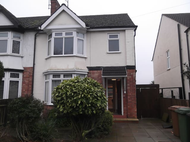 3 bed house (1 dbl, 1 twin, 1 single + cot) - Wellingborough
