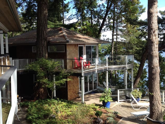 Stunning beachfront Southey Point Cottage - Salt Spring Island - Gästhus