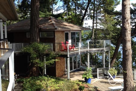 Stunning beachfront Southey Point Cottage - Salt Spring Island