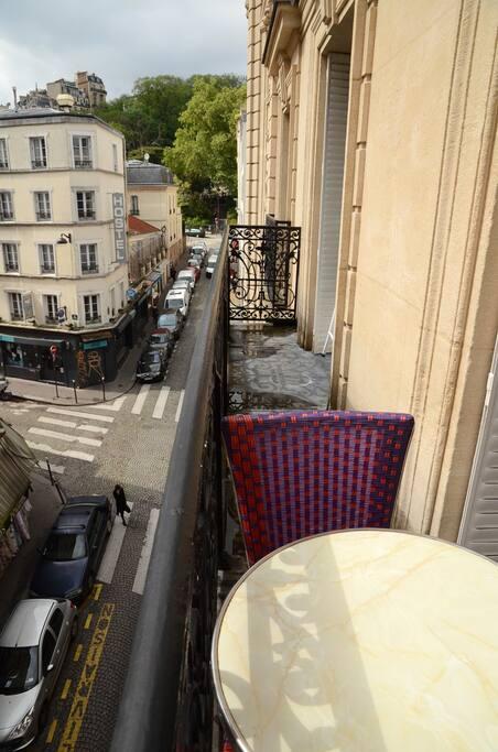 Balcon, vue au bout sur la butte Montmartre