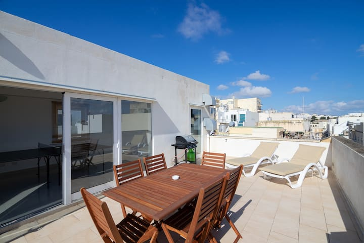 House with Roof Terrace & Table Tennis! Sleeps 20