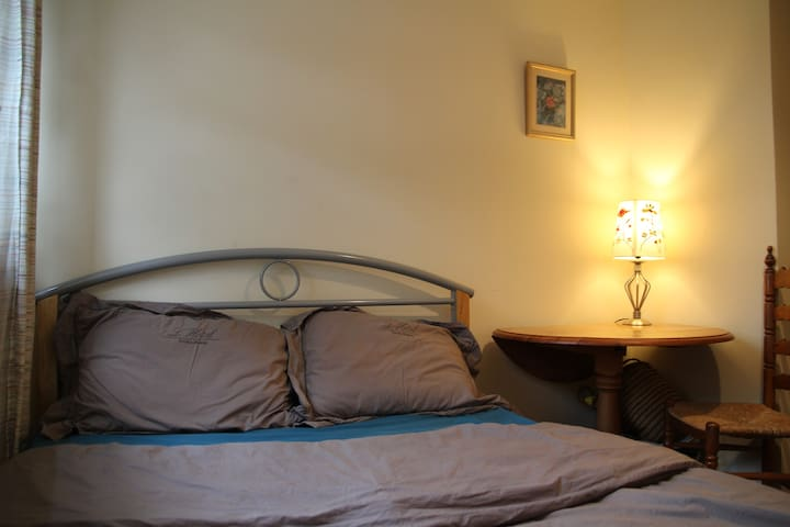 Clean and cosy room in Ealing. Fantastic location.