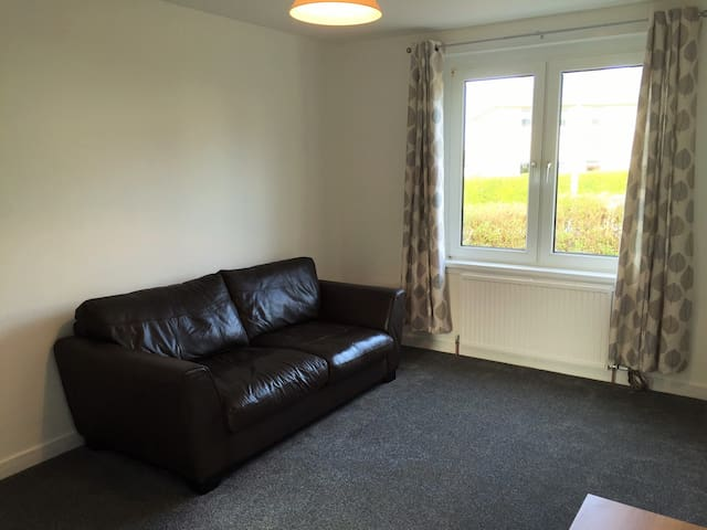 Spacious 2 Bed flat Hospital/Airport/Free Parking
