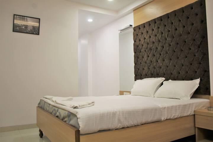 Lux Stay in Central Kolkata (Breakfast Included)