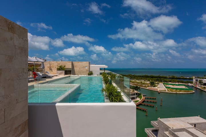 Rooftop pool & jacuzzi-Ocean view, close to beach!