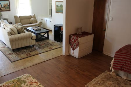 Roomy Guest Suite, private entrance, close to A&M
