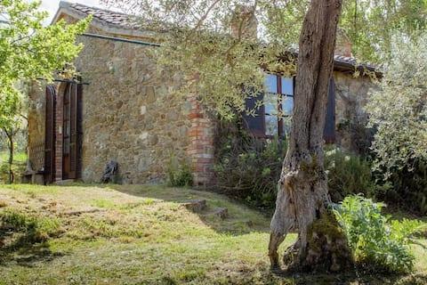 Casa de piedra en la campiña de Umbría