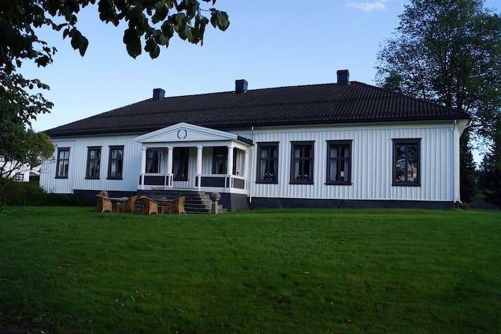 Tjenerfløyen på  Nedre Jønholt Gård i Porsgrunn