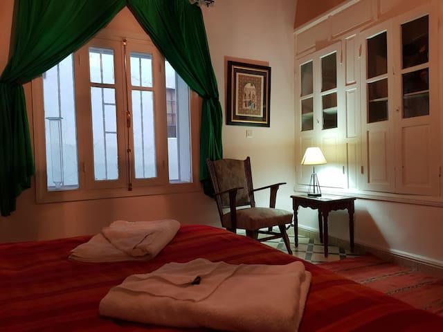 First floor queen room, ensuite, external window.