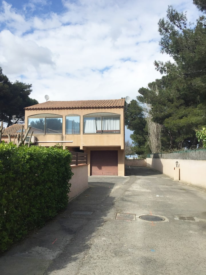 Sunny airy 30m2 duplex 100 m from the beach/shops