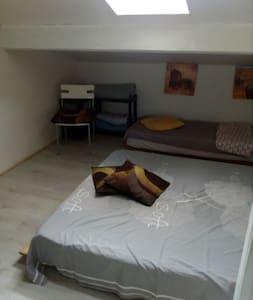 chambre  sous les toits (pour 1 à 3 personnes)