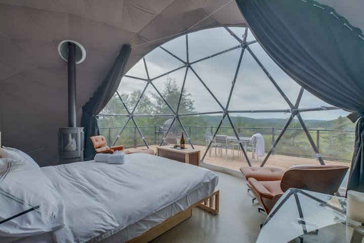 Lux Dome Bel Air Tremblant. 8 mins to resort, daily cleaning, hot tub and sauna, zipline