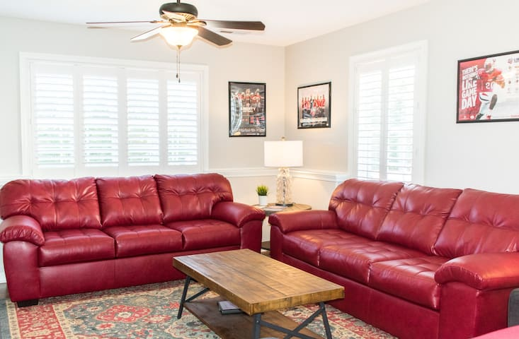4 min from Liberty: 2 BR/1 BA downstairs apartment