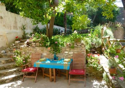 Stunning town villa + pretty garden - Amandola - วิลล่า