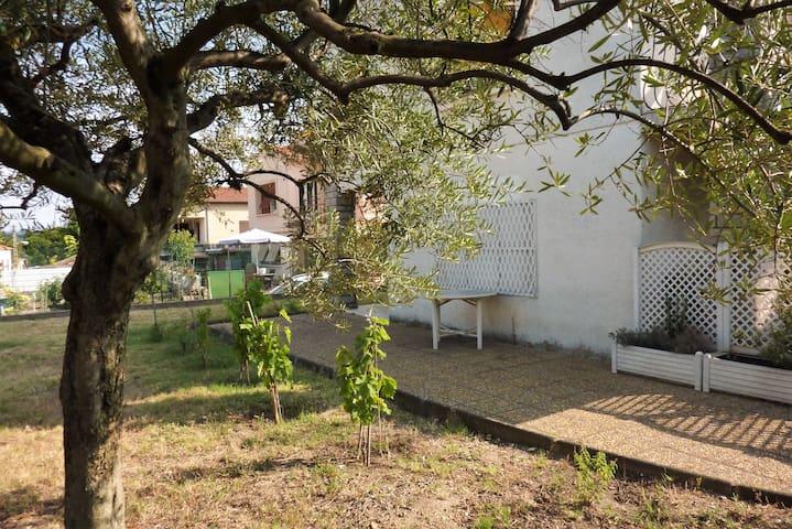 Dans villa, 90 m2 proche centre historique