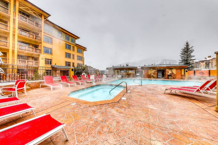 Mountain view condo in Canyons Village w/ shared pool, hot tubs, & gym