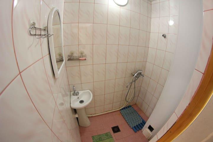 душевая комната общая(2душа и 2 туалета нв 3 номера)