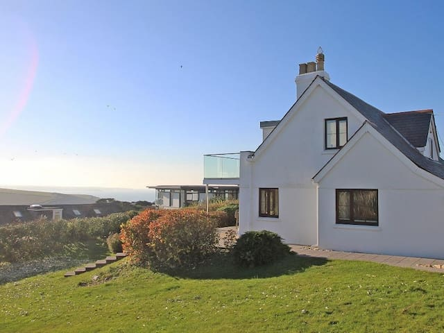 CHY RYN, family friendly, with open fire in Mawgan Porth, Ref 959235
