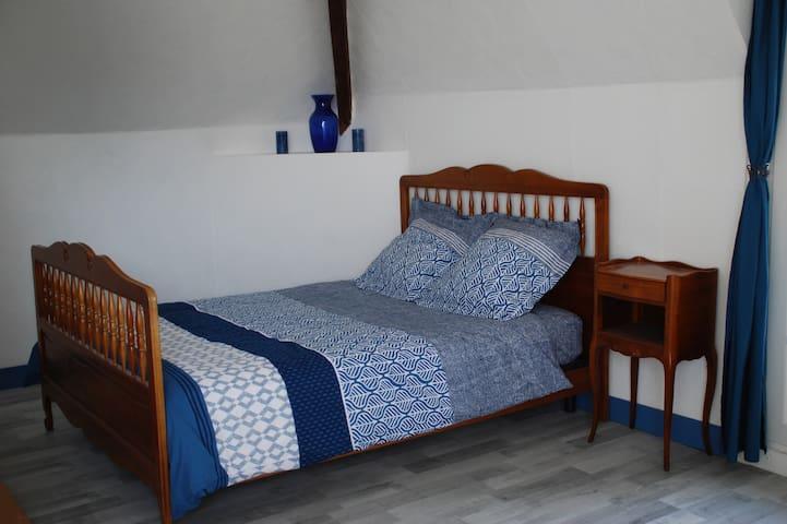 Le coin chambre avec le lit double et la penderie