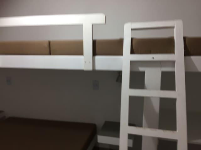 Comoda cama matrimonial con dos camas camarotes.