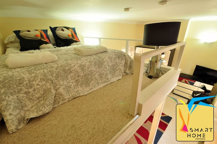 Quirky, studio apartment with mezzanine bed in central Bournemouth (SHR - 10 Gainsborough)