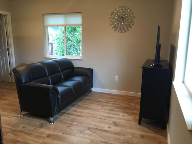 Quiet: Newly built home with vaulted ceilings