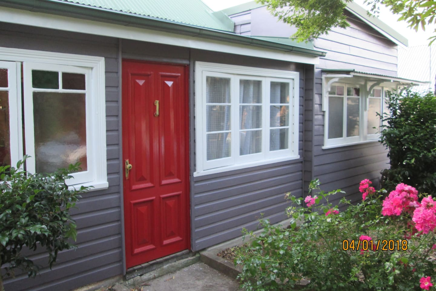 """""""This is a great little house, very central and easy to get to. The room was extremely comfortable and quiet. Leigh creates a very welcoming and relaxed atmosphere. Super friendly."""" Jeremy, Sydney """"It was like staying with family."""" Tania, Sydney"""