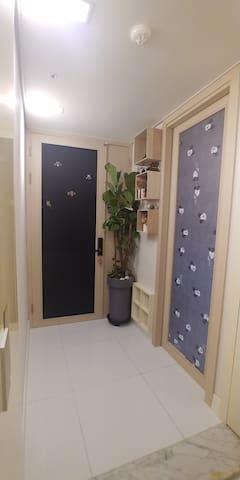 왼쪽 블랙은 호스트전용입구.. 오른쪽 귀여운미키마우스 미닫이문은 게스트전용입구입니다  Black on the left is the host-only entrance. The cute Mickey Mouse sliding door on the right is the guest-only entrance.