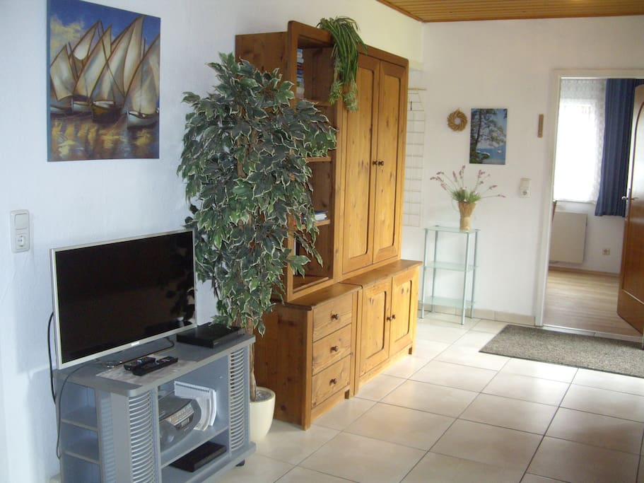 Wohnzimmer mit Kabel-TV, DVD und W-LAN