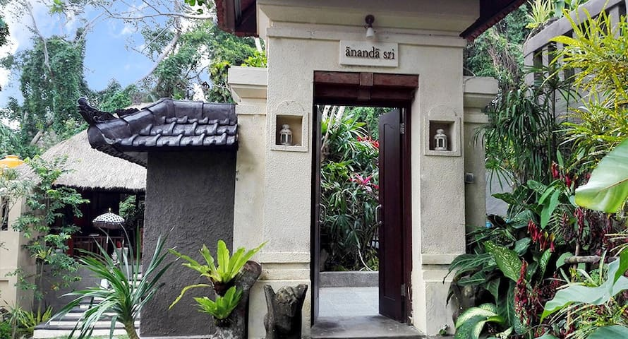 Rustic Luxury: Villa Ananda Sri