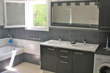 grande salle de bain 2 vasques+baignoire+douche italienne+lave linge