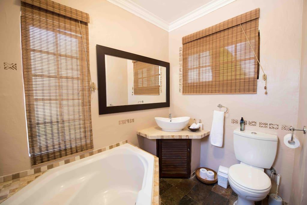 Main lodge room en-suite bathroom